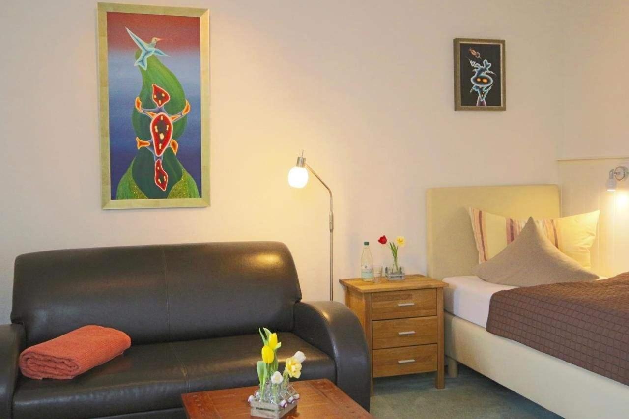 Einbett-Zimmer mit Sofa