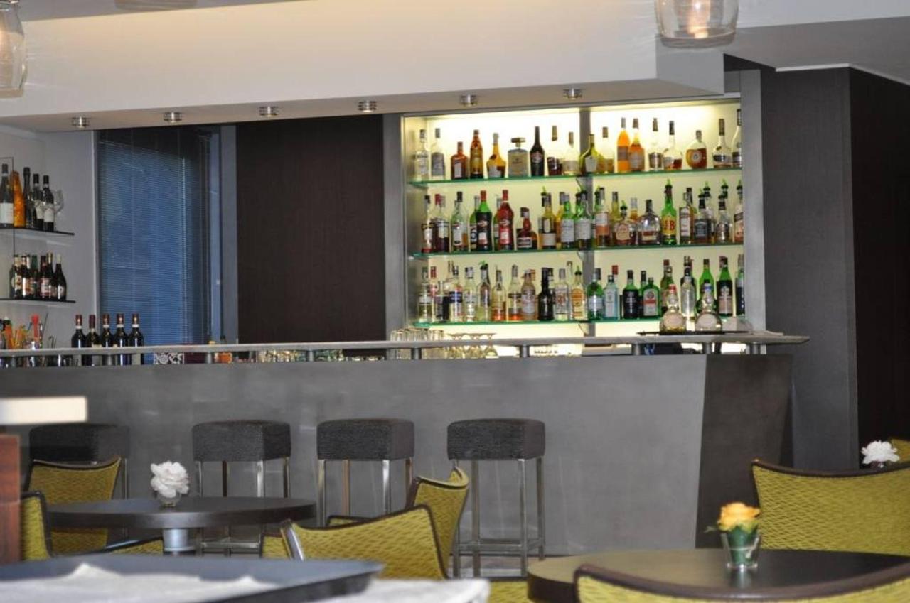 first-hotel-milano-malpensa84-lobby-bar.jpg.1024x0.jpg