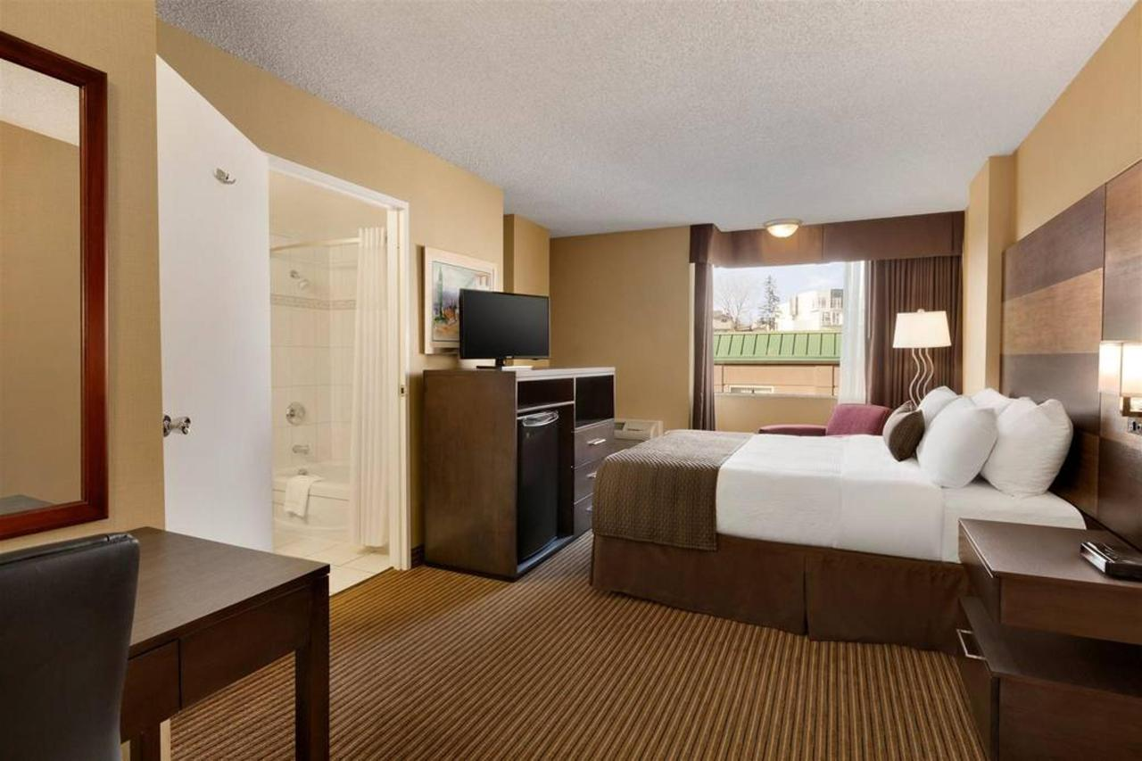 days-inn-calgary-south-1-queen-bed-accessible-room-1181556.jpg.1024x0.jpg