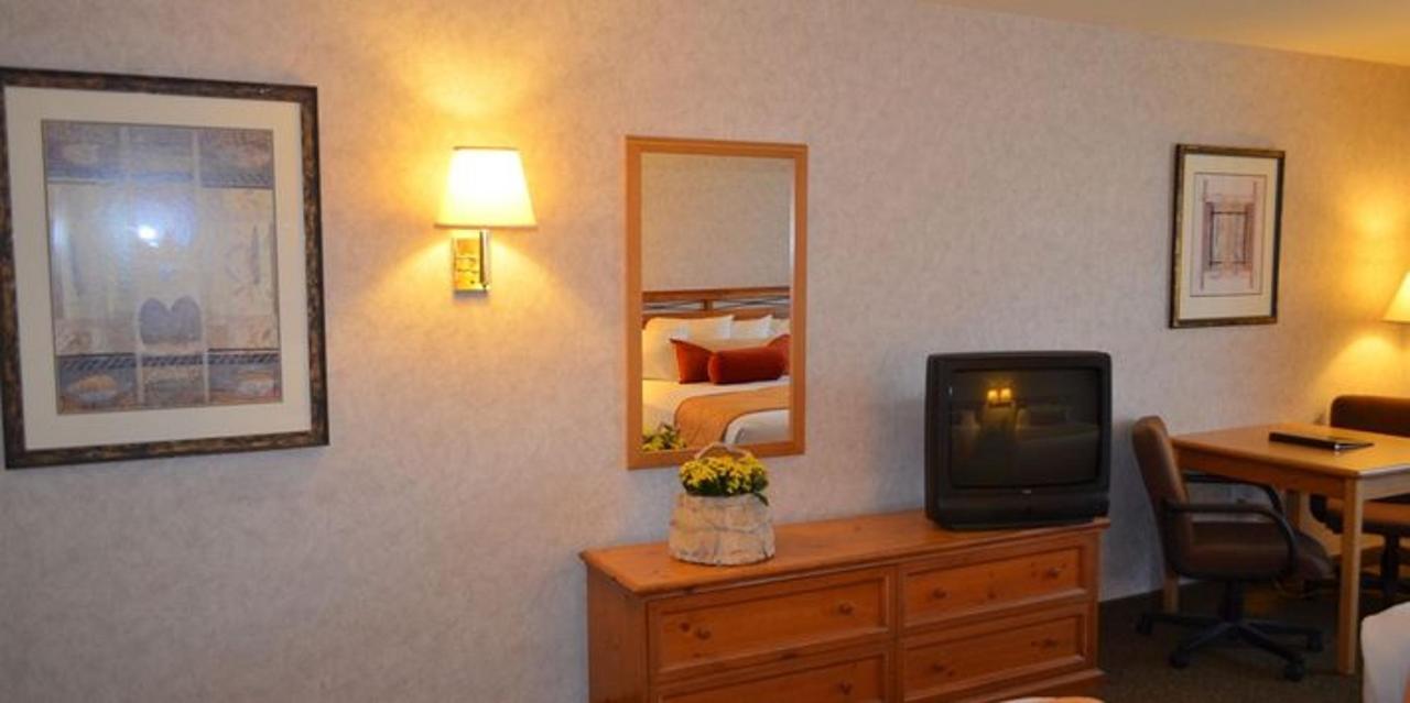 king room seating area.JPG