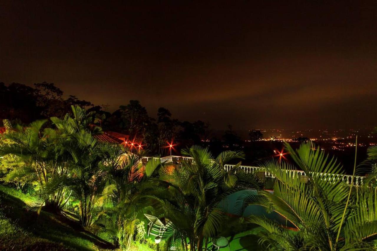 La Fortuna Night view desde el resort.jpg