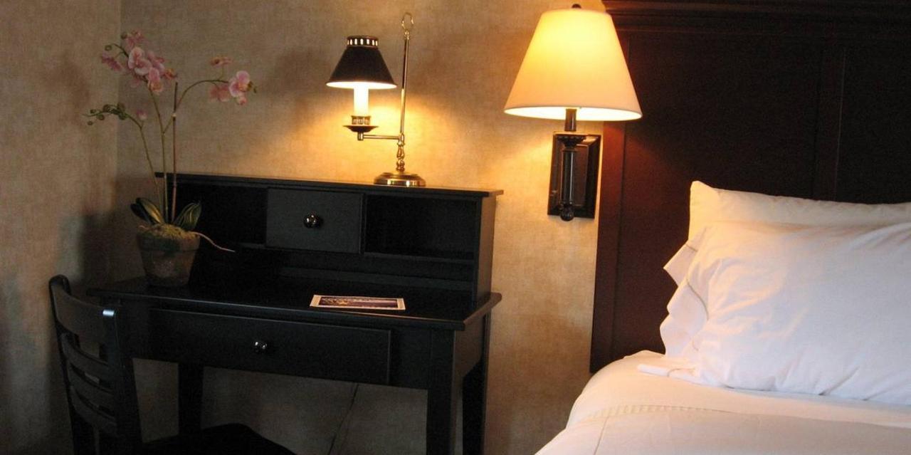 Corner Desk | Standard Queen Guest Room.jpg