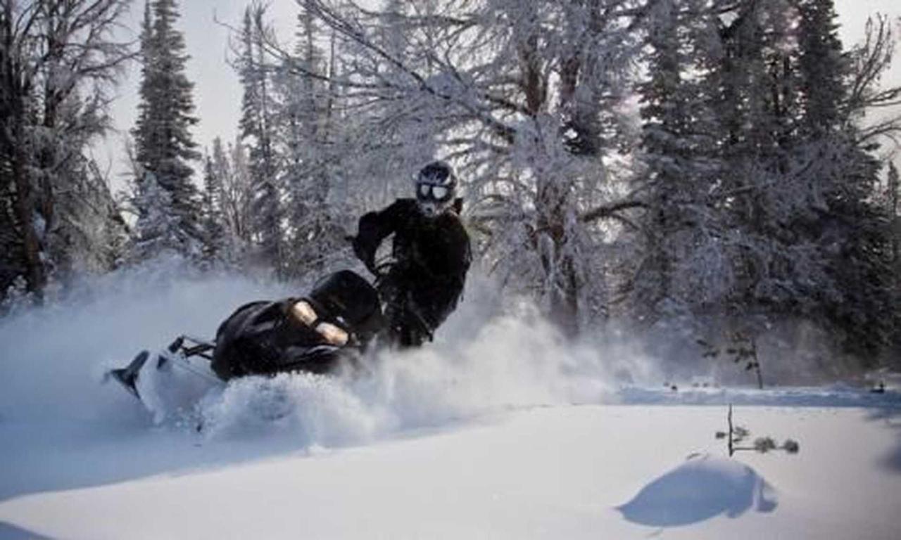 463_17795_snowmobiling_big_sky_montana_md.jpg.1920x0.jpg