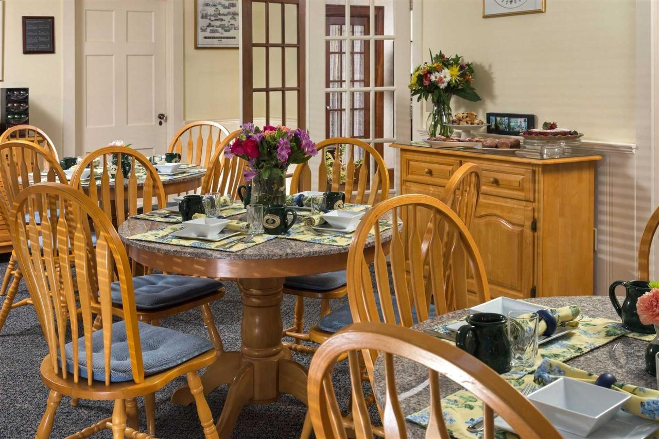 old-harbor-inn-interiors-breakfast-room-june-2016-1-2.jpg.1920x0.jpg