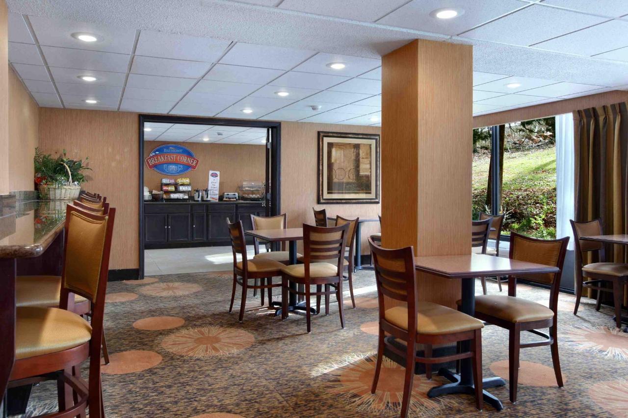 Baymont Branson Breakfast Area.jpg