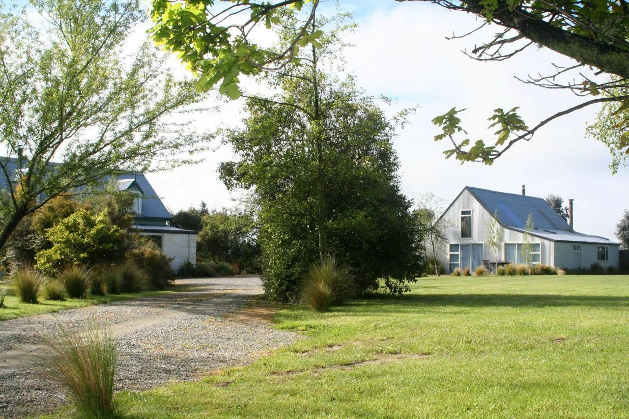 B&B to the right, owners residence to the left, set in large grounds.JPG