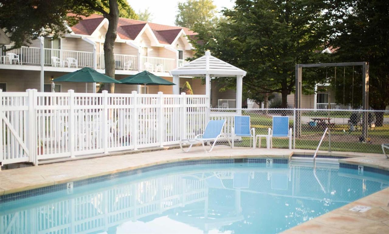 outdoor-pool-2.jpg