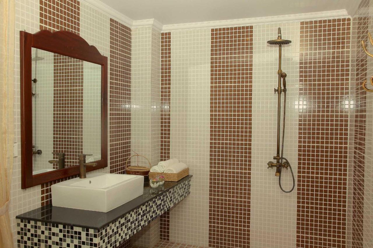 bathroom-superior-king-room.JPG