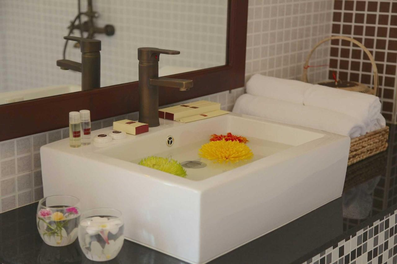 bathroom1-1.JPG