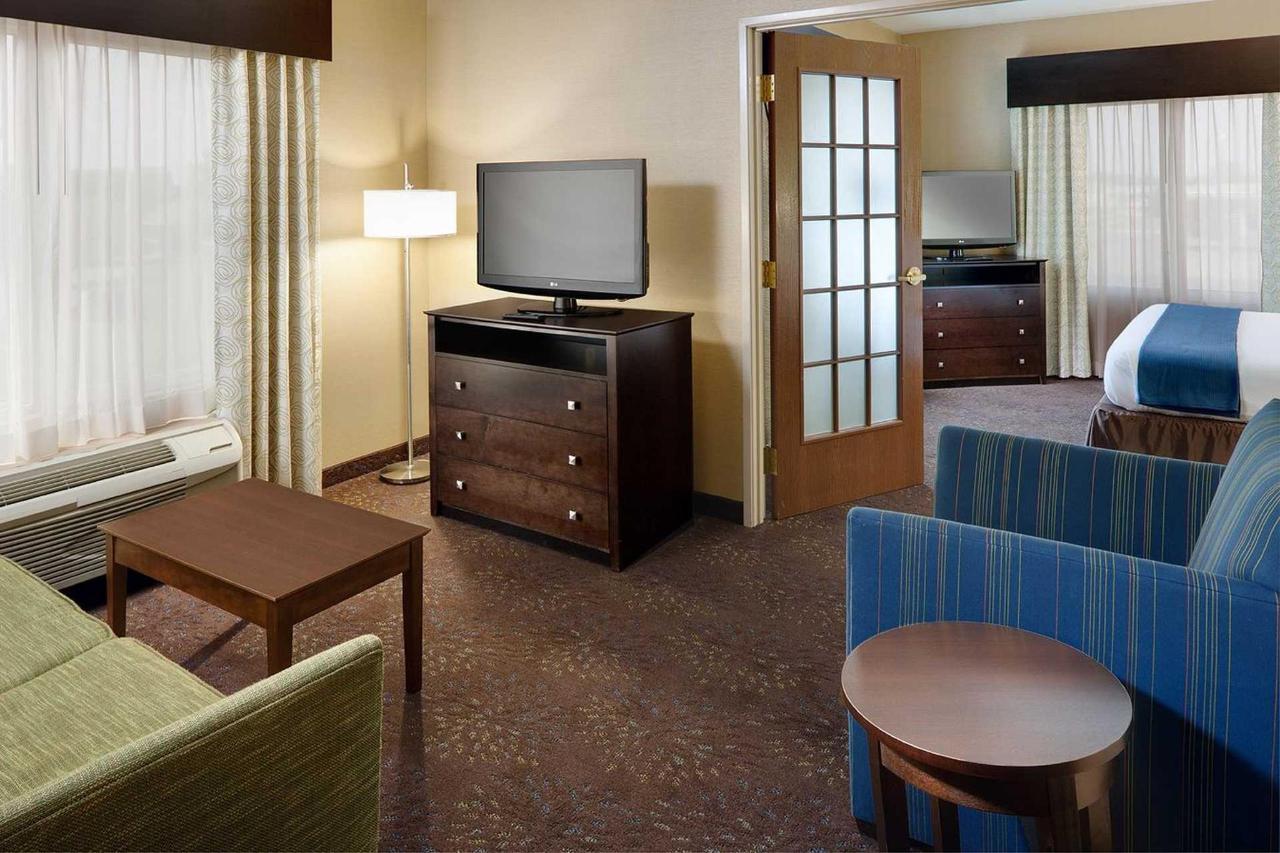 Holiday Inn Express Saginaw (8).jpg
