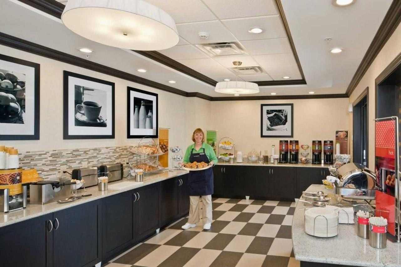 Hampton Inn & Suites Saginaw (5).jpg
