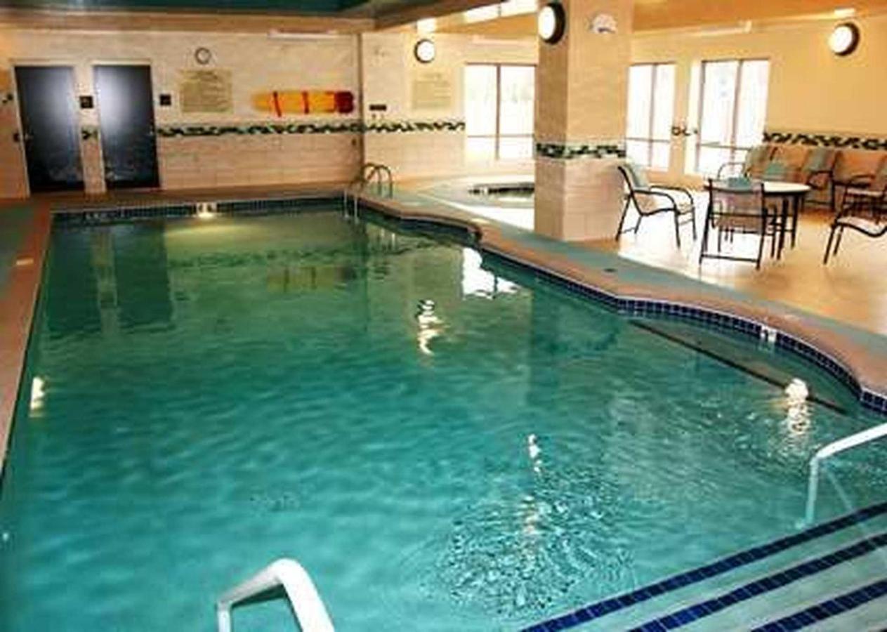 Hampton Inn Suites Flint Grand Blanc (9).jpg