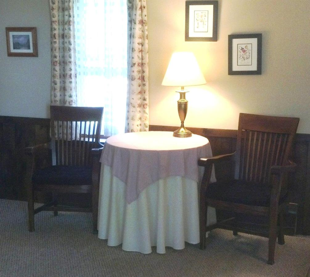 king-classic-table-and-chair.jpg.1920x0.jpg