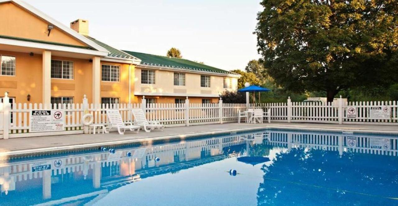 comfort-inn-harrisburg-hotel-pennsylvania-outdoor-pool.jpg.1024x0.jpg