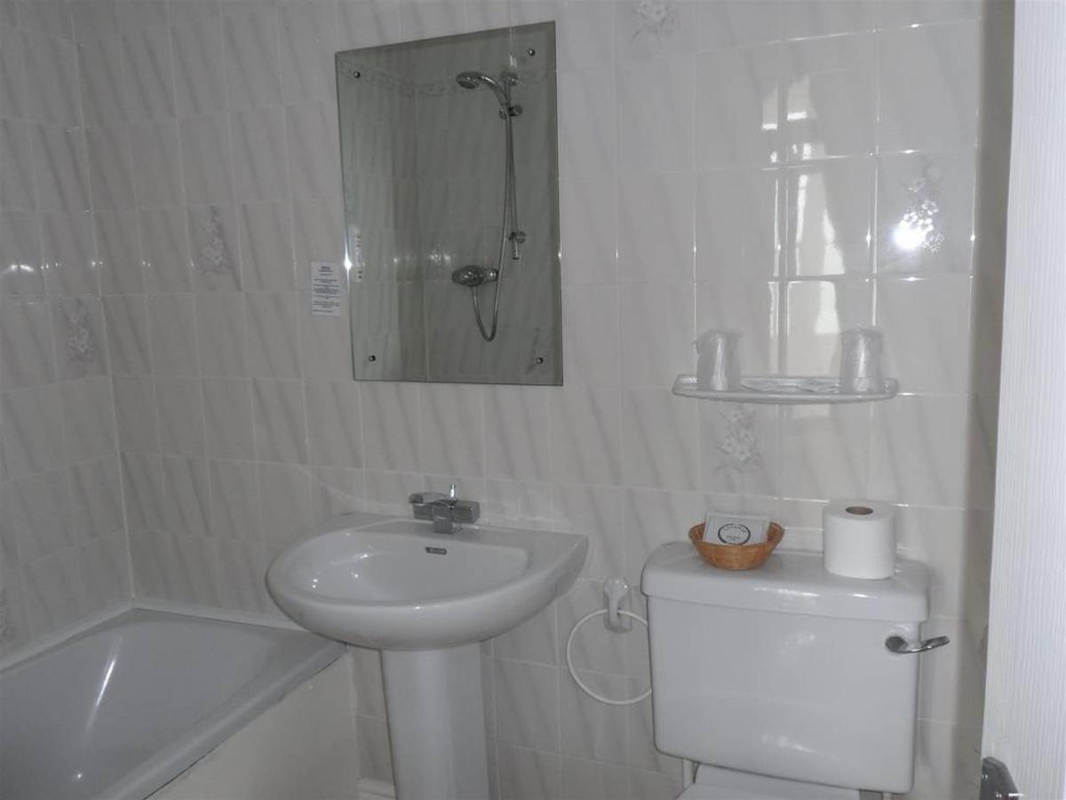 room-205-bathroom.JPG.1024x0.JPG