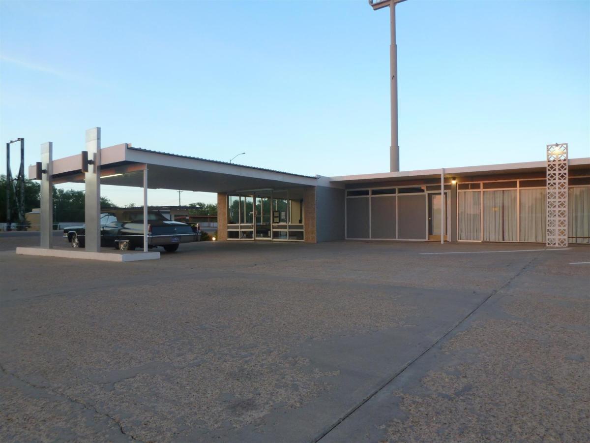 motel-lobby.jpg.1920x0.jpg