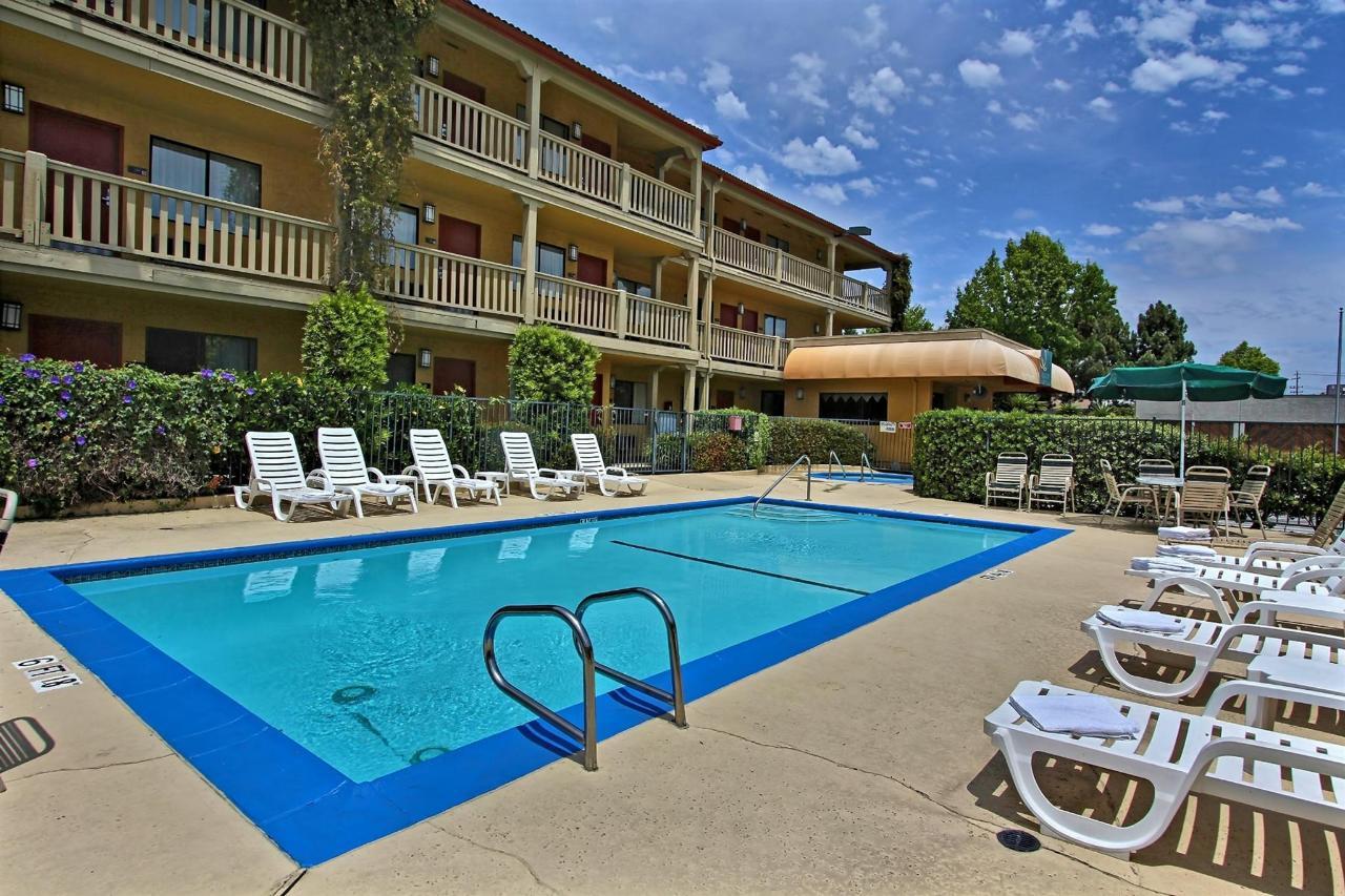 pool-towards-hotel.jpg.1920x0.jpg