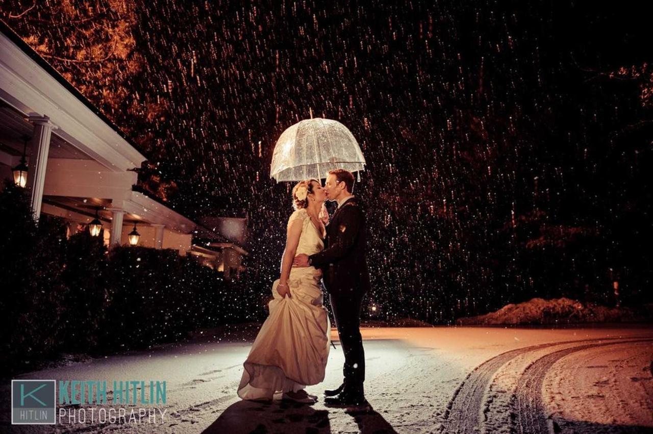 bride-groom-in-snow-under-umbrella-in-color-21.jpg.1920x0.jpg