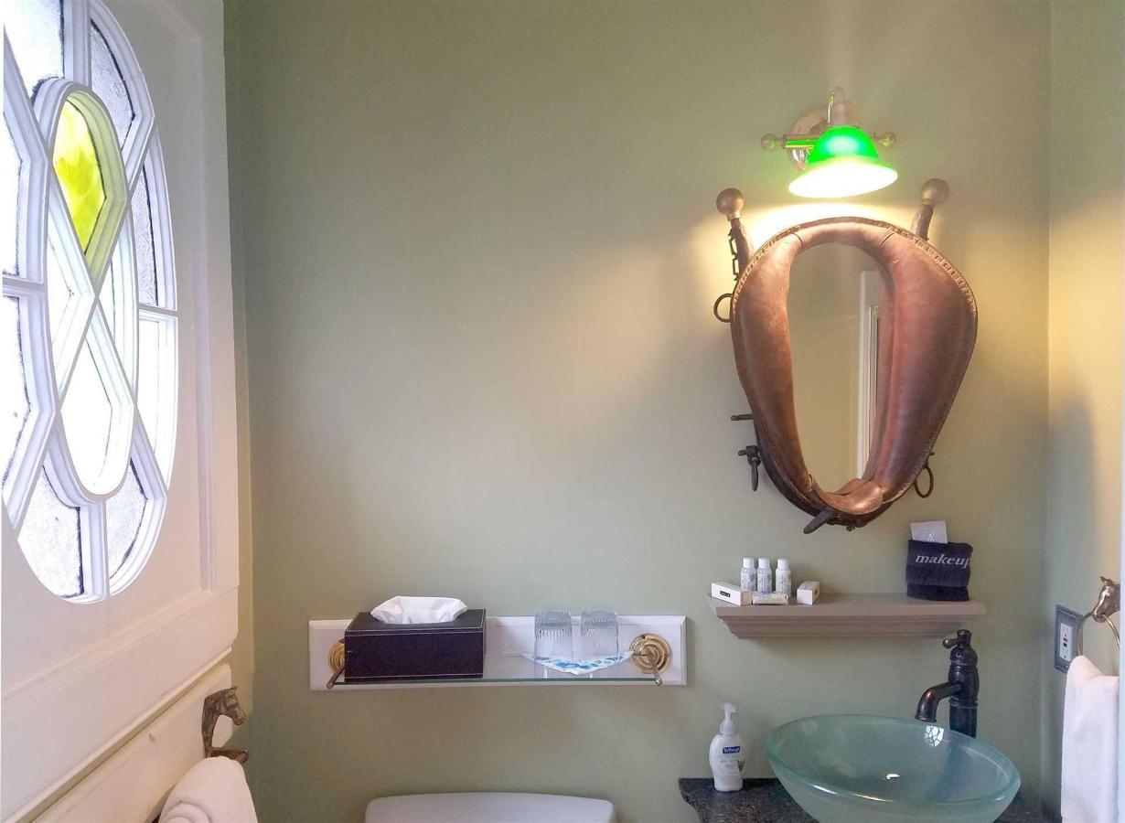 kate-room-bathroom.jpg.1920x0.jpg