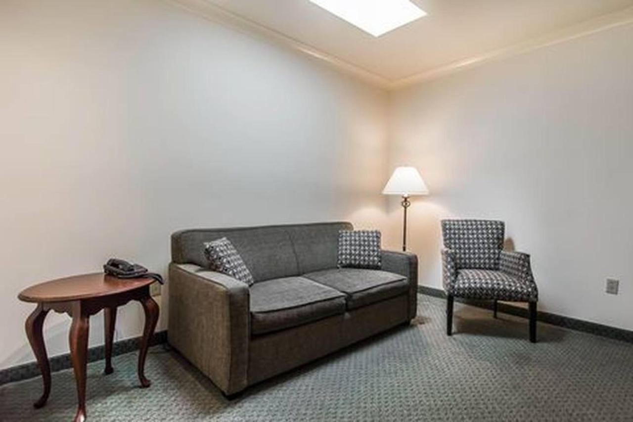 1 Bedroom Suite, Living Room, 2 Queen Beds.jpg