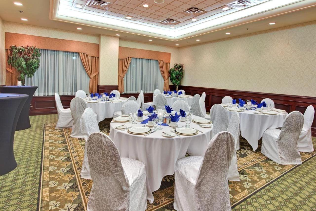 Holiday Inn & Suites Oakville @ Bronte..jpg