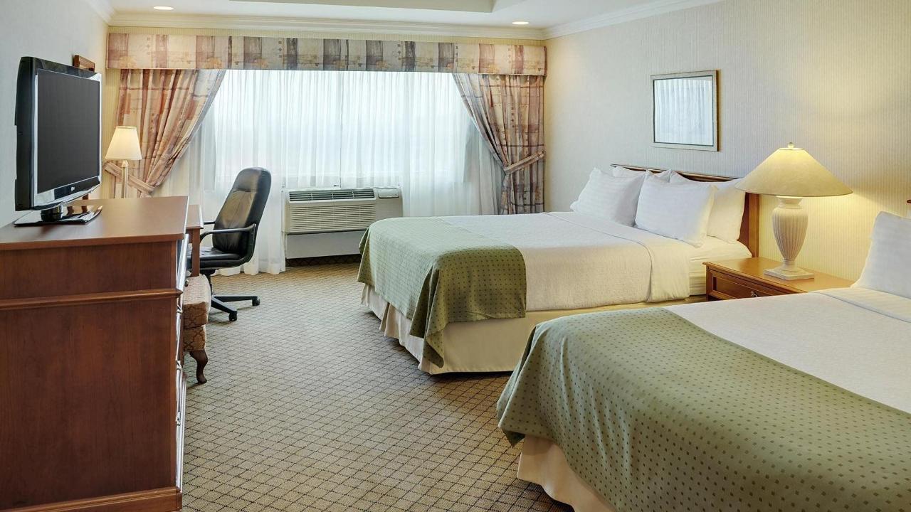 Holiday Inn & Suites Oakville @ Bronte.jpg