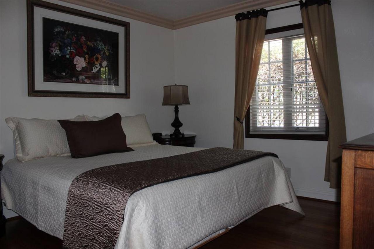 pinot-noir-rm-3a-bedroom.JPG.1024x0.JPG