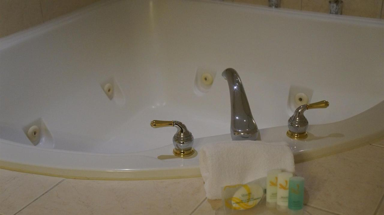 quality-inn-airport-west-suite-jacuzzi-2.JPG