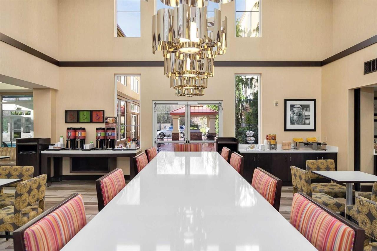 hampton-lynnwood-lobby-breakfast-seating-6.jpg.1920x0.jpg