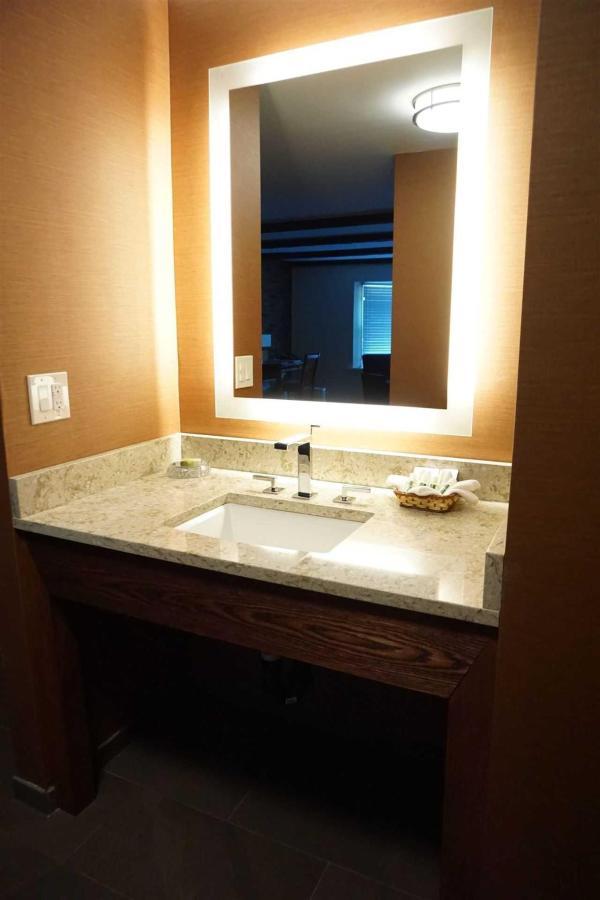 416-bathroom-1.JPG.1920x0.JPG