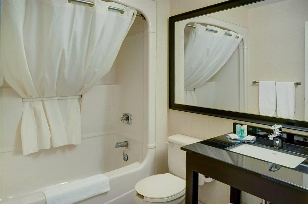 guest-bathroom-with-curved-shower-rod.jpg.1024x0.jpg