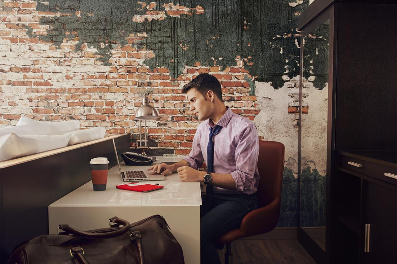 cambria_md_03_desk_3182-resized.png.1920x0 (2).png