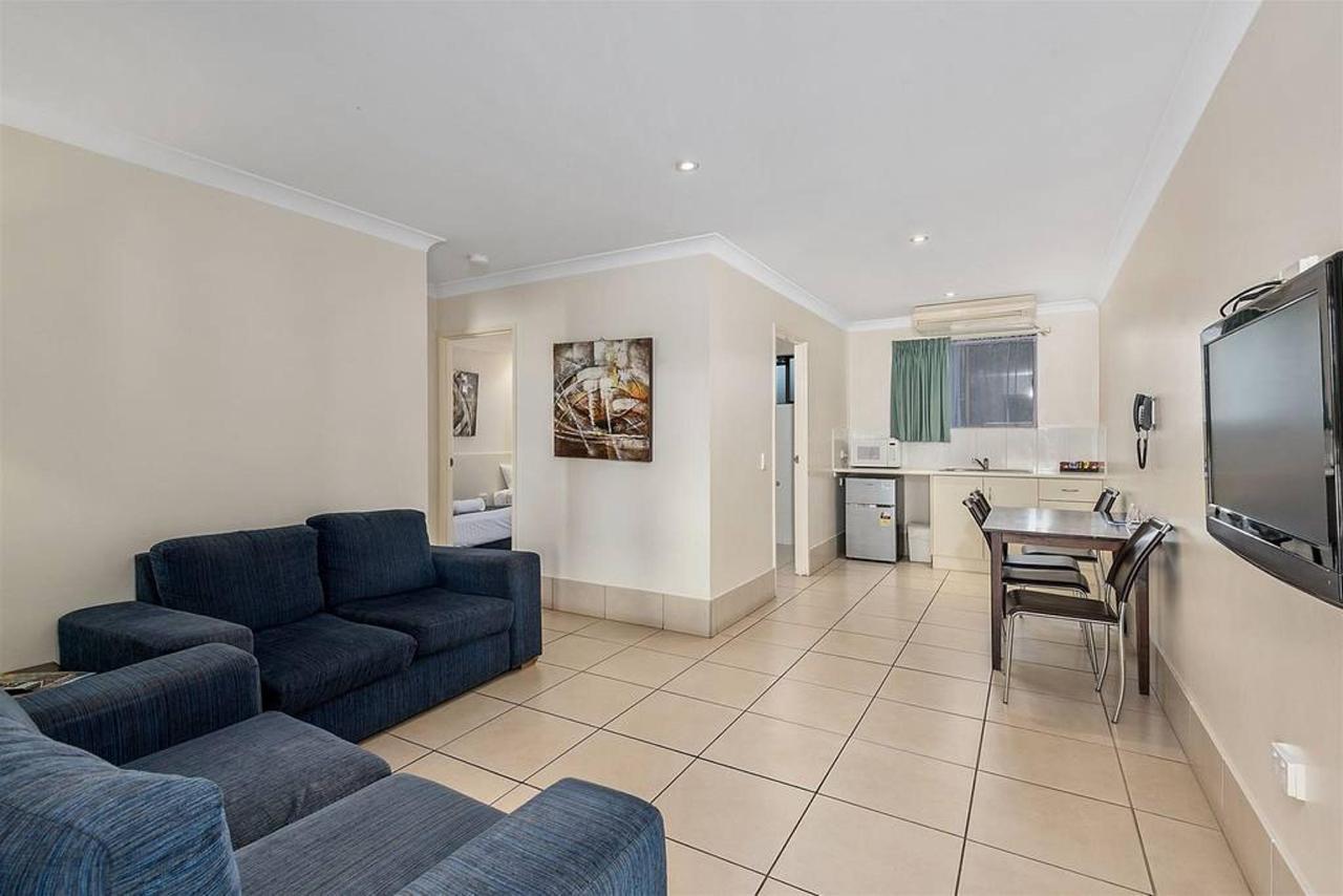 family-suite-_-2-bedroom-_-lounge-dining.jpg.1024x0.jpg