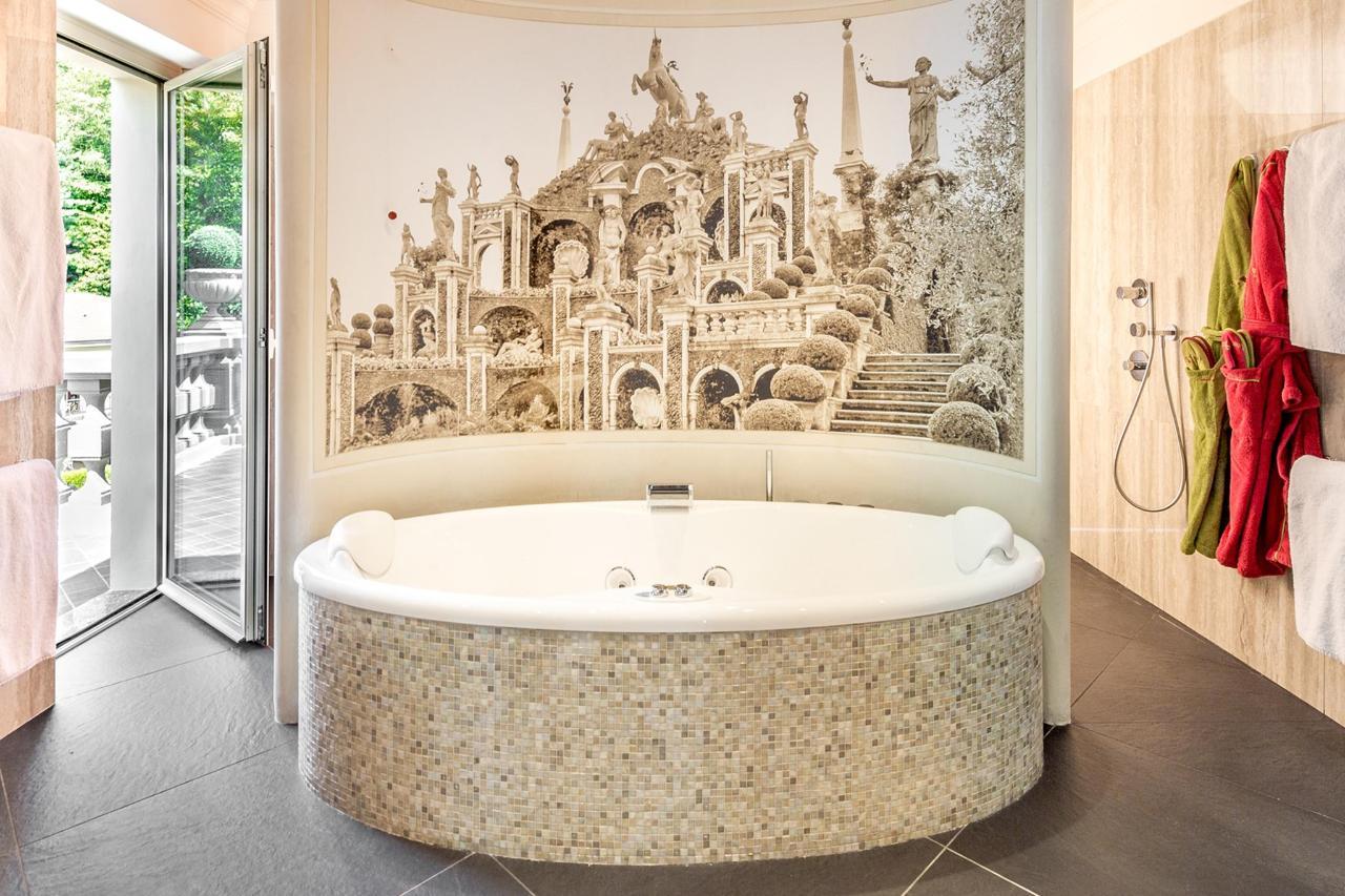 Bathroom La Borromea suite lake view (2) copia.jpg