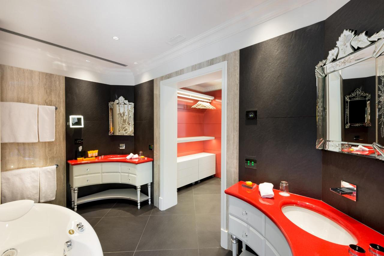 Bathroom La Borromea suite lake view (4).jpg