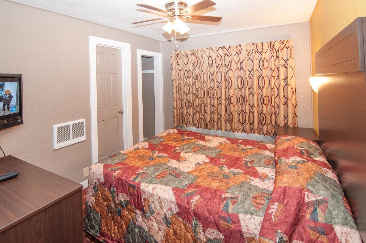 Queen Suite  With Two Queen Beds DSC9317.jpg