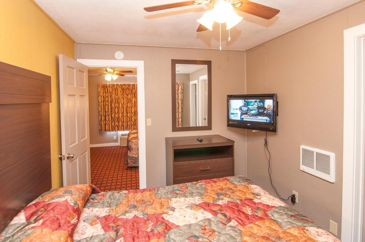 Queen Suite With Two Queen Beds DSC9322.jpg