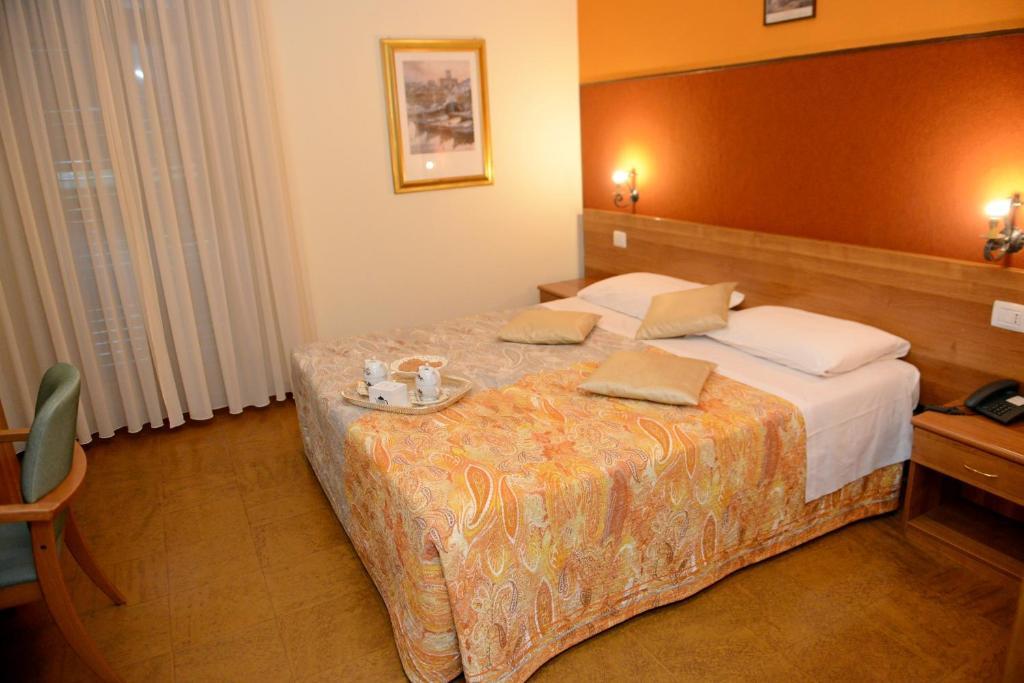 Camera Matrimoniale Doppia Con Letti Singoli.Albergo Altavilla Sito Ufficiale Hotel A Tirano