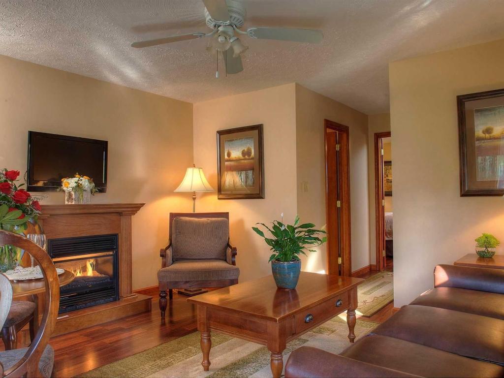 Queen 1 Bedroom Duplex Style Cottage Rooms Woodfield Manor