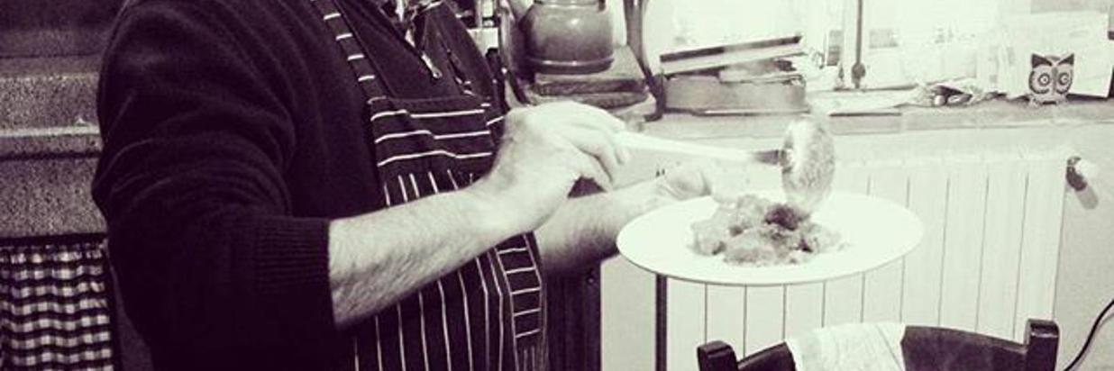 a_chi_tocca-_alla_tavola_di_borgo_tepolini_lo_chef_prepara_i_piatti_con_uno_spezzatino_di_scottona_ai_carciofi-tutti_.jpg
