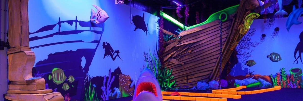 glow-in-the-dark-golf-adventuredome-schip-haai.jpg