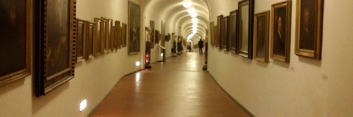1200px-inside_view_of_the_vasari_corridor_-corridoio_vasariano-_in_florence-_italy_-3.jpg