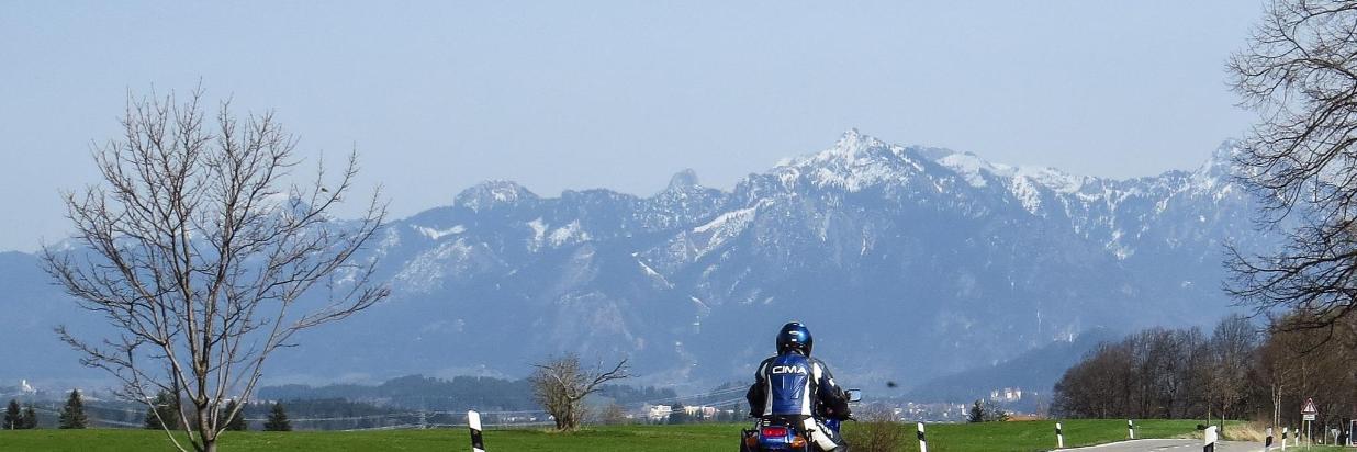 motorcycling-1277545_1920.jpg