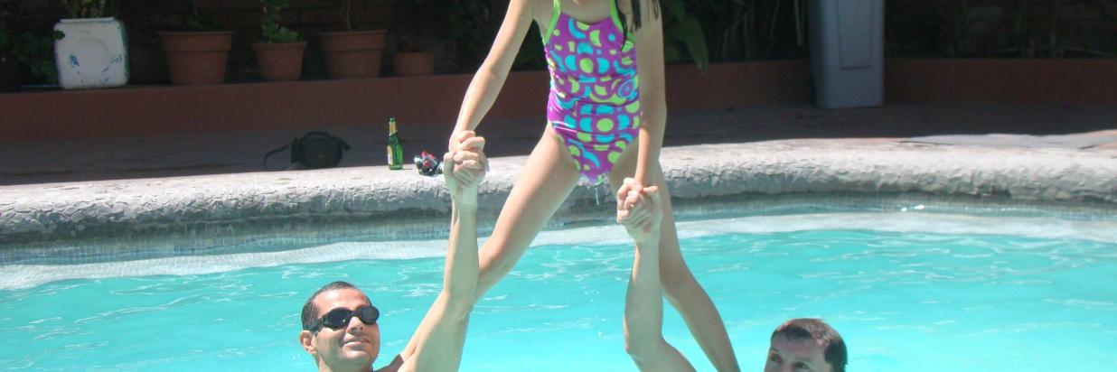 Niña en piscina Sangay (2).JPG