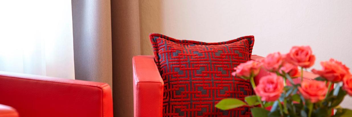 2 rote Sessel, Rosen.jpg