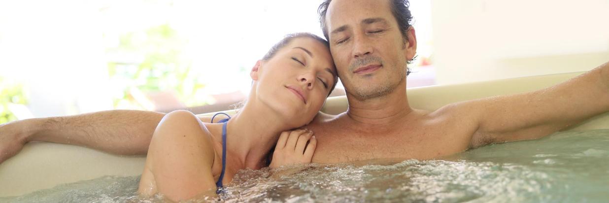 Paar im Whirlpool entspannt.jpg