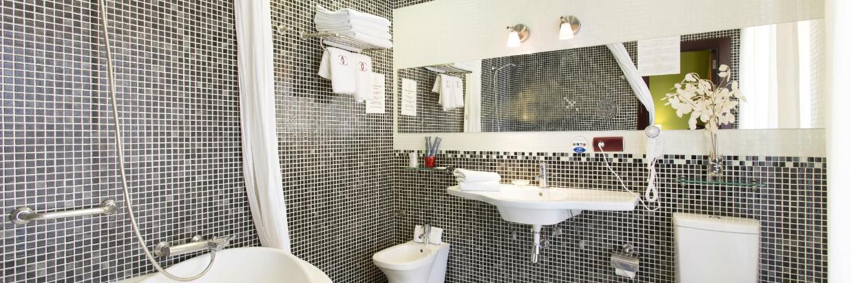 1carlosV_habitacióndoble_lux_baño.jpg