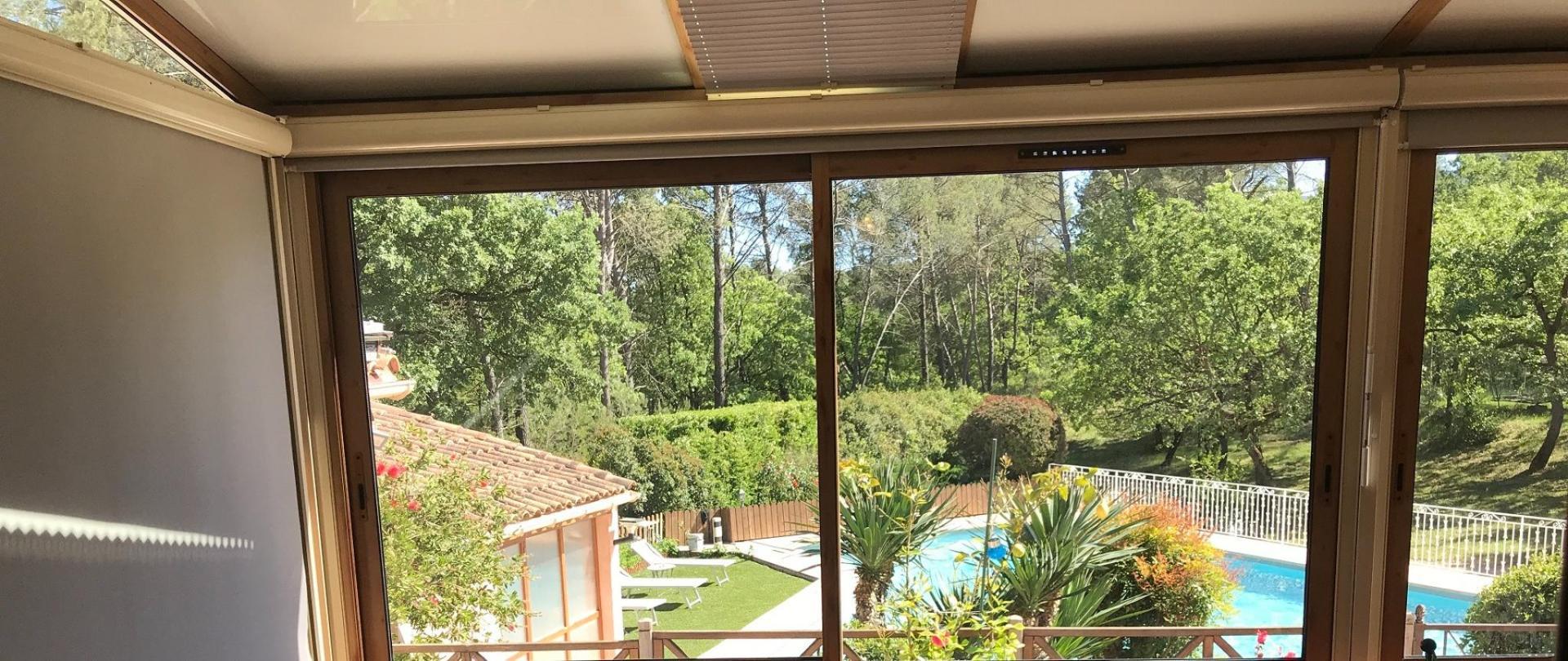 Salon dans véranda avec  vue sur parc et piscine.JPG