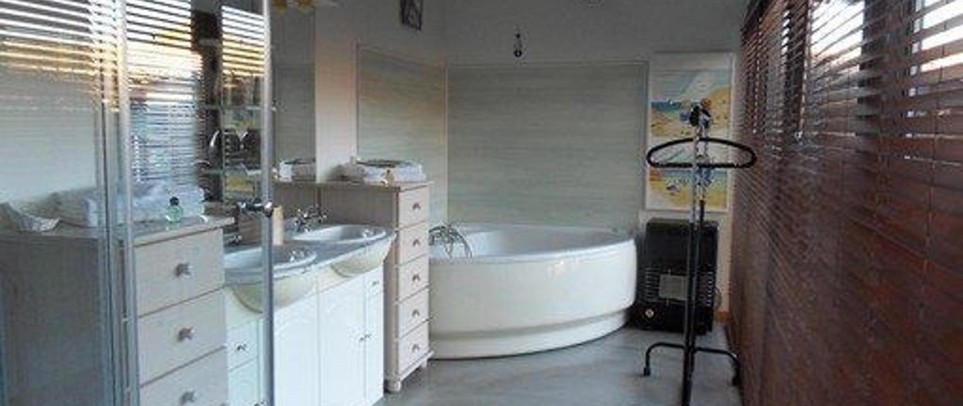 salle-de-bains-d-tente-vue-jardiin-1.jpg