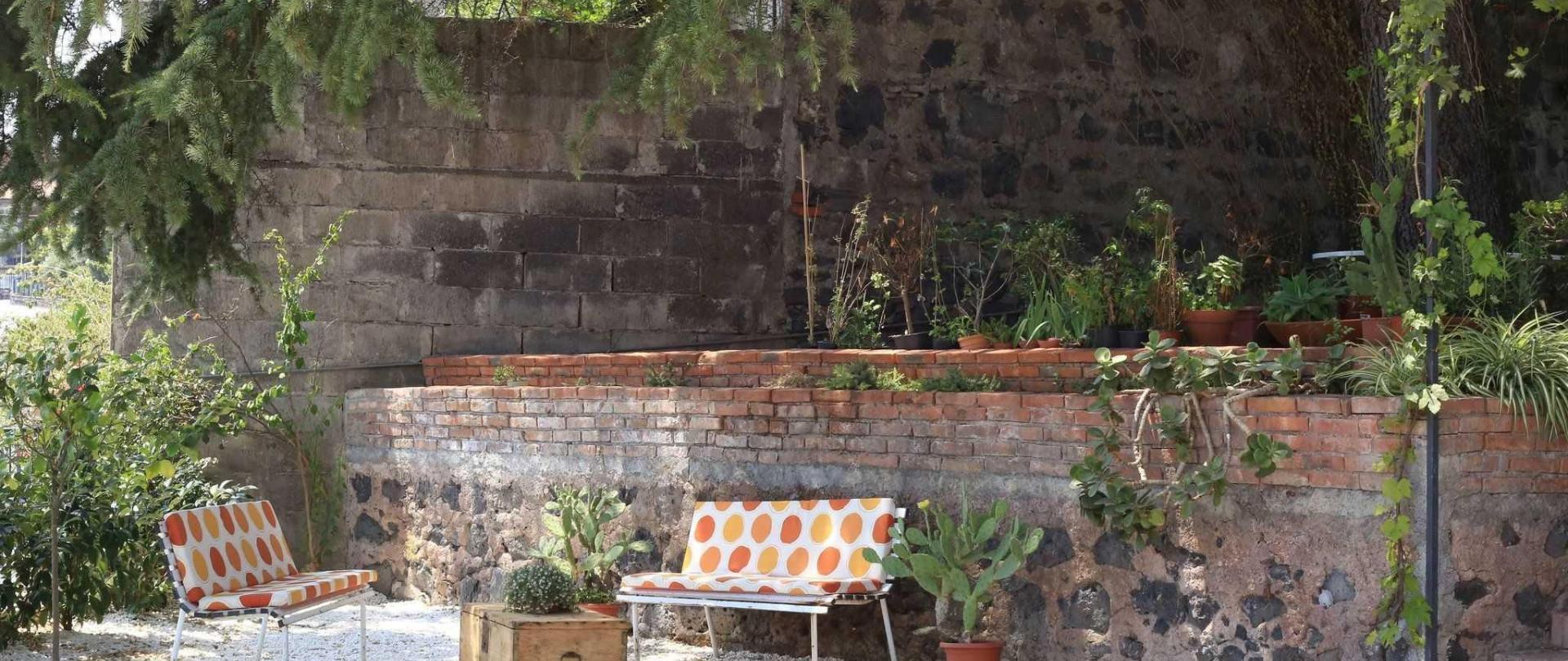 giardino-sedili-pois.jpg